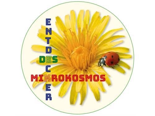 """Logo: Ein Marienkäfer besucht eine gelbe Blüte. In der Art eines Kreuzworträtsels ist in bunten Farben der Text dazu angeordnet: """"Entdecker des Mikrokosmos""""."""