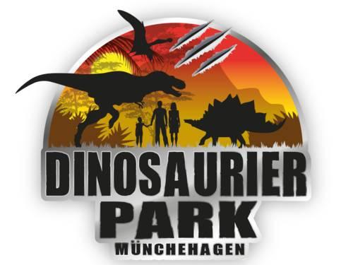 """Logo: In einem Halbkreisbogen sind die Schatten eines zweibeinigen Raubdinosauriers und eines Stegosauriers und einer Flugechse sowie von zwei erwachsenen Menschen und einem Kind. Im Hintergrund geht die Sonne auf und zeigt eine bergige, bewachsene Landschaft in warmen Farbtönen von Gelb über Orange zu Rot. Darunter steht """"Dinosaurier Park Münchehagen"""". Das beschriebene Logo wirkt wie ein Schild aus Metall, im oberen Bereich wirken drei parallele Furchen so, als habe ein gefährliches Wesen mit seiner Klaue das Metall beschädigt."""