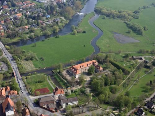 Neustadt am Rübenberge aus der Luft, die Leine und Schloss Landestrost sind gut zu erkennen.