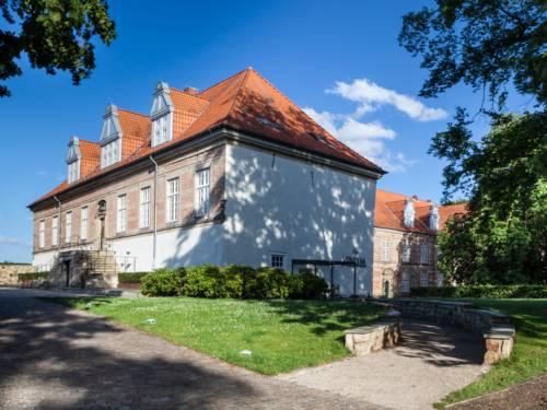 Das Neustädter Schloss wird von der Sonne beschienen.