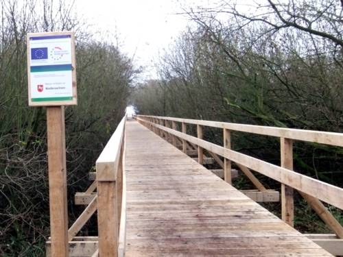 Eine solide Holzkonstruktion führt Besucher zum Aussichtsturm Winzlar im Naturpark Steinhuder Meer