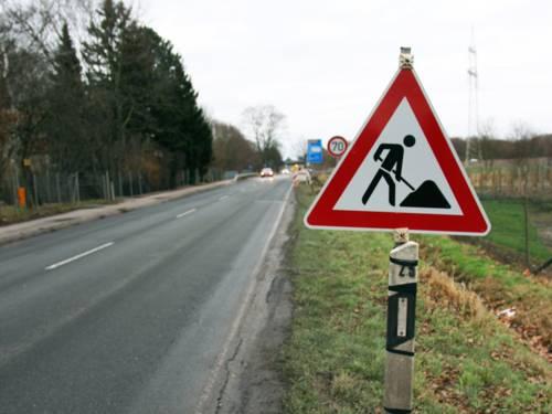 Baustellenschild neben einer Landstraße.