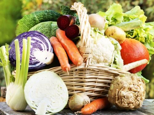 Verschiedenes Gemüse, wie Rotkohl, Weisskohl, Möhren, Kartoffeln, Lauch und mehr, in einem geflochtenen Korb