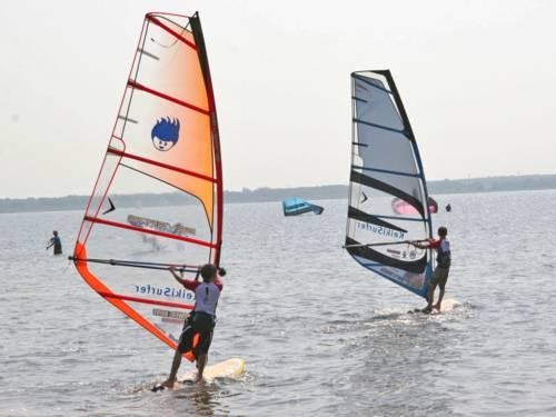 Zwei Windsurfer betreiben Wassersport auf dem Steinhuder Meer.