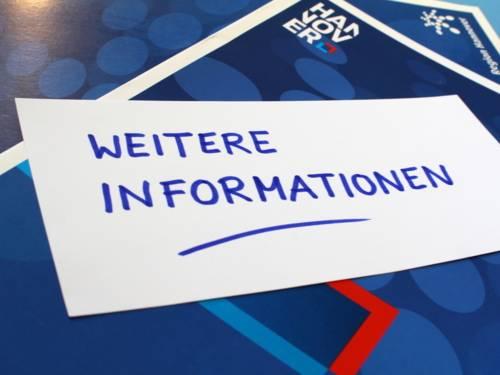 """Moderationskärtchen mit der Aufschrift """"Weitere Informationen"""" auf einer Sammelmappe im Design der Region Hannover."""