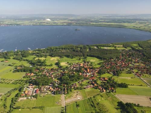 Blick aus der Vogelperspektive auf das Steinhuder Meer, Insel Wilhelmstein ist zu erkennen.