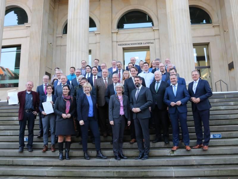Gruppenfoto vor dem Landtag in Hannover.