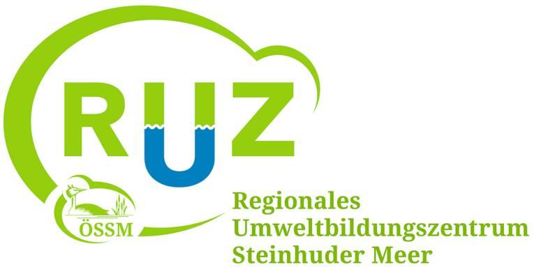 """Logo: Die Buchstaben """"RUZ"""" sind von einer elliptischen Form fast komplett umschlossen. Kleiner integriert ist das Logo der ÖSSM (Ökologische Schutzstation Steinhuder Meer). Rechts steht der Text """"Regionales Umweltbildungszentrum Steinhuder Meer"""". Der Buchstabe """"U"""" in """"RUZ"""" ist in der unteren Hälfte blau, der Rest ist hellgrün auf weißem Grund."""