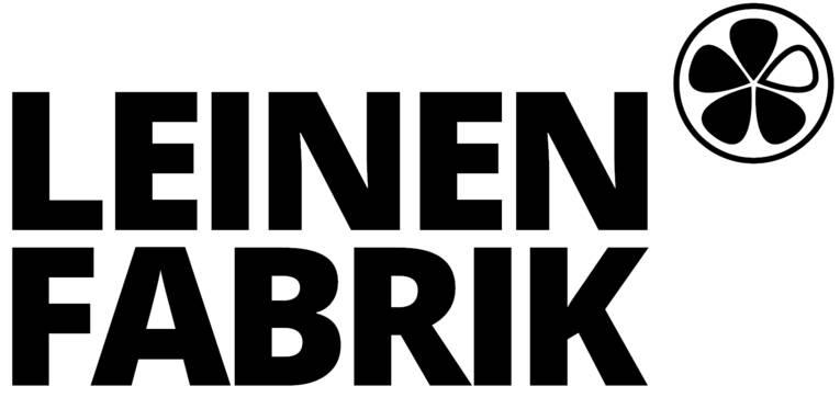Logo bestehend aus den Buchstaben LEINENGABRIK und einem Kleeblatt in einem Kreis. 4 Blätter des Kleeblattes sind schwarz, eines ist weiß.