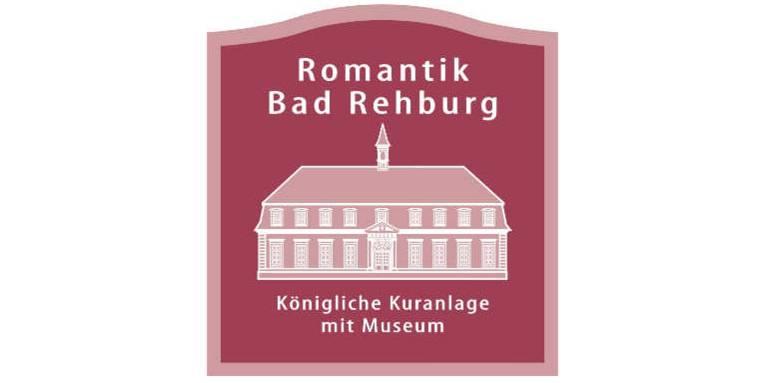 """Logo: Oben der Text """"Romantik Bad Rehburg"""", darunter ein historischer die gezeichnete Front eines historischen Gebäudes. Darunter der Text: """"Königliche Kuranlage mit Museum""""."""