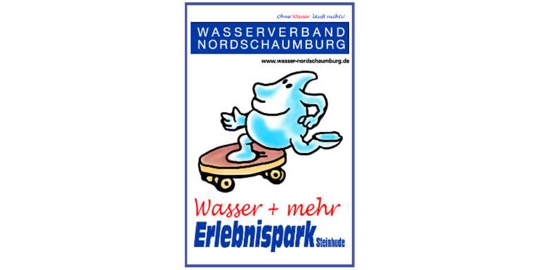 """Logo: Ein Wassertropfen fährt auf einem Skatboard. Diese gezeichnete Szene wird umrahmt von den Worten: """"Ohne Wasser läuft nichts. Wasserverband Nordschaumburg. www.wasser-nordschaumburg.de Wasser + mehr. Erlebnispark. Steinhude"""" und einem blauen Rahmen."""