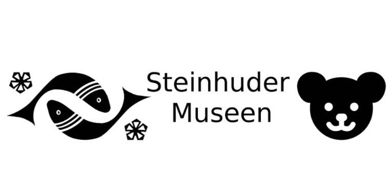 """Logo: Schwarze Zeichen auf weißem Grund symbolisieren Fische, Kleeblätter und den Kopf eines Teddybären. Dazwischen steht der schwarze Text """"Steinhuder Museen""""."""