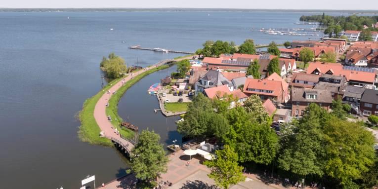 Blick aus der Vogelperspektive auf die Uferpromenade in Wunstorf-Steinhude (Region Hannover).