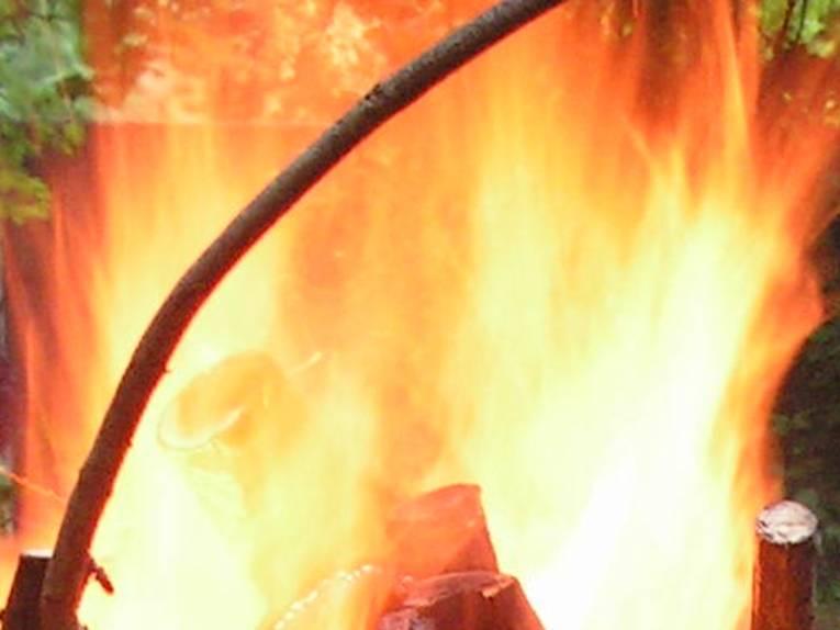 Flammen schlagen hoch.