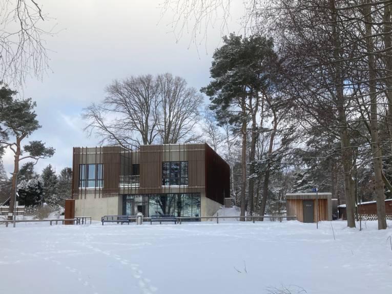 Das Naturparkhaus und das Gelände drumherum sind eingeschneit.
