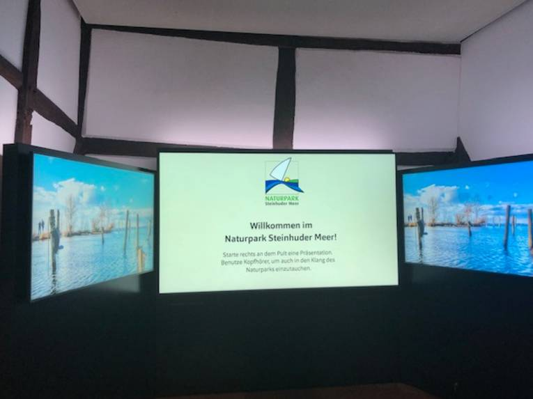 """Ein großer Monitor zeigt den Text """"Willkommen im Naturpark Steinhuder Meer!"""""""