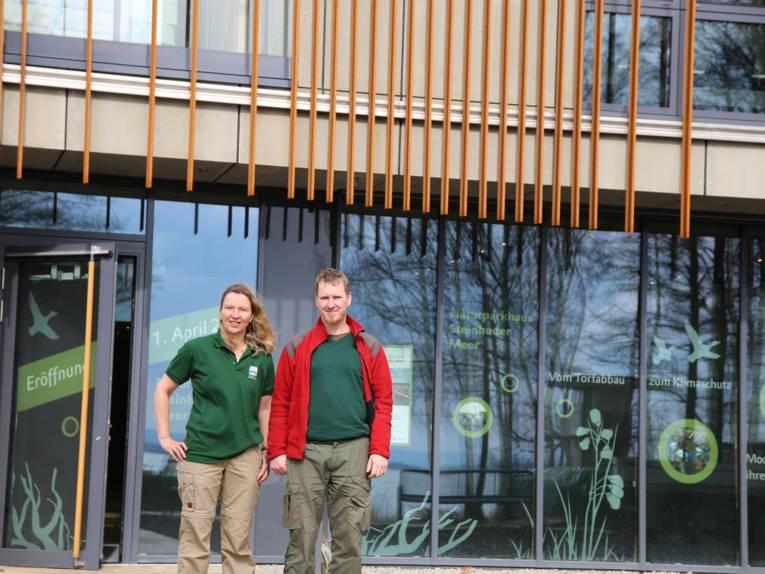 Elke Bohn, Mitarbeiterin des Naturparks, und Hendrik Holte, Naturpark Ranger, stehen vor dem Eingang zum Naturparkhaus.