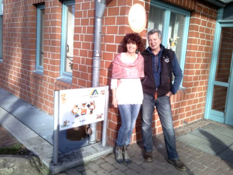 Ein Mann und eine Frau stehen vor einem Backsteinbau. Es sind Susanne und Carsten Lutter, Herbergseltern der Jugendherberge Mardorf.