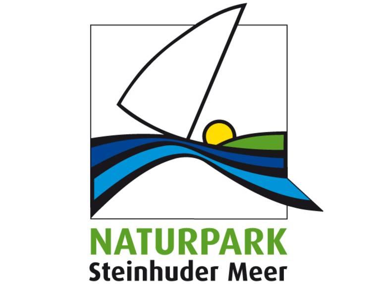 Das Logo des Naturparks Steinhuder Meer zeigt ein stilisiertes Segelboot und daruner blaue und grüne Flächen, die Land und Wasser symbolisieren. Ein gelber Kreis stellt die Sonne dar.