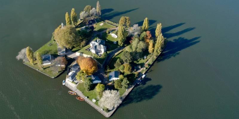 Blick aus der Vogelperspektive auf die künstlich mit quadratischem Grundriss angelegte Insel Wilhelmstein im Steinhuder Meer.