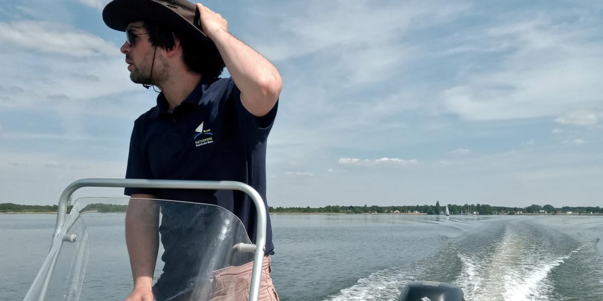 """Ranger Milan Mato Glatt fährt mit dem Boot """"Wasserläufer"""" übe das Steinhuder Meer."""