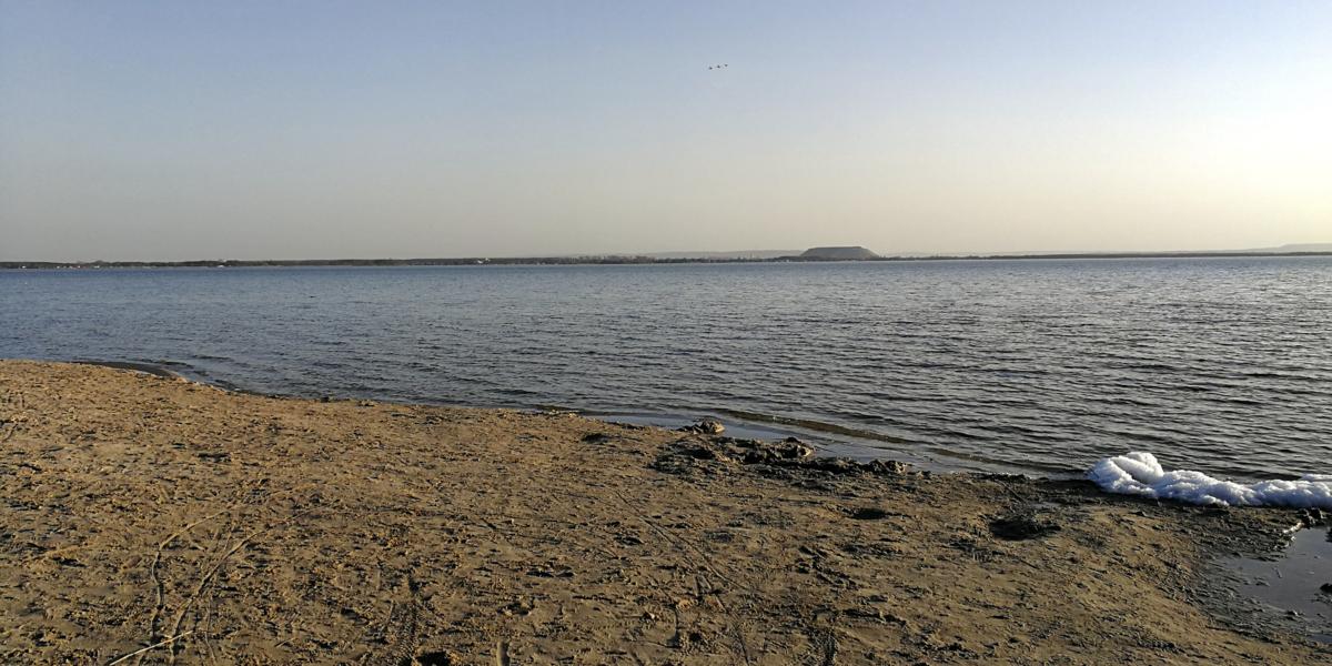 Ein kleiner Eisrest liegt am Surfstrand am Steinhuder Meer.